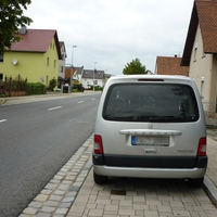 Das Fahrzeug war mit zwei Personen besetzt.