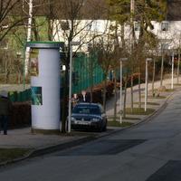 Stadteinwärts fahrend fällt der hinter einer Litfaßsäule parkende Messwagen RD-KY877 auf.