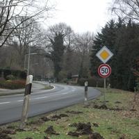 Ansicht von Höltinghausen aus kommend. Messfahrzeug unter dem Carport.