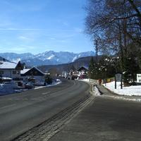 Wir befahren die B2 aus Richtung Murnau/BAB 95 in Richtung GAP und haben den Ortseingang Oberau passiert. Dieses Panorama......... UND Ein silberner Caddy,der da so nicht hingehört.