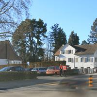 Polizeikontrolle in Erlenbach auf dem öffentlichen Parkplatz gegenüber Seestrasse Nr. 7, in Fahrtrichtung Herrliberg