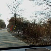 Der Tatort mit rotem Pfeil die Kamera, mit gelbem Pfeil der Blitz sowie im Kästchen der Standort des VW T5 HL HL 254 markiert...