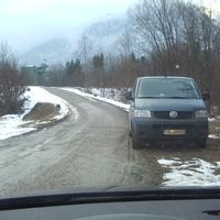der Meßbus der ZKVS Oberland war von der Straße nicht zu sehen gewesen. Da mußte alles herhalten,was die Kabeltrommeln hergaben. Gemessen wurde ab 74 KM/H,da die Stelle außerhalb der Ortschaft liegt.