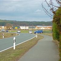 Angehaltenes Fahrzeug und Polizeiwagen blockieren den Geh-/Radweg...