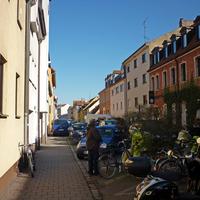 Rückwärtige Ansicht: der Gehweg neben dem Messbus [ER- LL 8] ist nicht mehr passierbar; Polizistin in Gespräch mit Betroffener; Müllwagen sorgt für erheblichen Rückstau (Mi, 2.3.2011).
