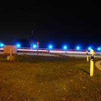 Ein Streifenfahrzeug kam mit Blaulicht und Sirene angefahren, verlangsamte dann am Standstreifen und schaute kurz nach dem Rechten: Ein Polizist war vorher wegen des Aufbaus oft über die Autobahn gelaufen - vielleicht ging eine entsprechende Mitteilung bei der Polizei ein.