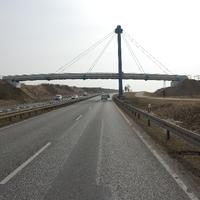 """Anfahrt. Die Messung findet unter der Brücke statt. Auf Fotohöhe misst - nur im Sommer - die Stadt mit """"dem Privaten""""."""