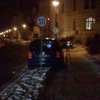 Geblitzt wird aus einem dunkelblauen VW Van (typisch im Stadtgebiet) des Ordnungsamts direkt hinter der 50km/h Schild ... Das Messfeld, das aber davor liegt, ist ein 30km/h Gebiet und auf diese 30km/h wird auch geblitzt.