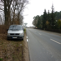 Frische Straßenmarkierung gut zu erkennen.