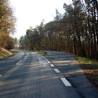Hier, am Beginn des Parkplatzes, stand ganz rechts das Messfahrzeug entgegen der Fahrtrichtung. Der Beifahrer konnte so die zu schnellen Fahrzeugführer schnell herauswinken.