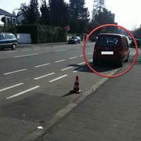 Der Rote VW Caddy. ...Kaum zu erkennen, doch bei genauem Hinsehen fällt auf, dass nicht nur Rückenlehnen die Schatten im Auto bilden. Bei Sonnigem Wetter kaum zu erkennen. Ich persönlich wäre auch fast dran vorbei gefahren, wenn nicht das rote Hütchen dahinter stände. Tja, hatte sich wohl schon jemand dahinter gesetzt.