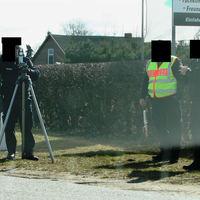 Nun sind es sogar drei Polizisten die sich irgendwie zu langweilen scheinen.