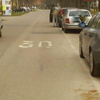 hier am rechten straßenrand bei den parkplätzen steht der messwagen normalerweise. bilder wurden geschossen, wenn man von der hermann geibstraße kommt auf höhe alfons auer straße in richtung stadteinw fährt