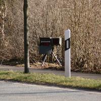 Geblitzt wird in Richtung Norden (Ostring) kurz nach der Einmündung Lütjenburger Str. Meßgerät und Kamera stehen vor den Sträuchern, das Meßfahrzeug vom Ellerbeker Weg nicht sichtbar hinter den Büschen.