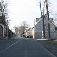 Schon von weitem blickt einem auffällig das Heck eines Kombis am Straßenrand entgegen (sorry für die schlechte Bildqualität).