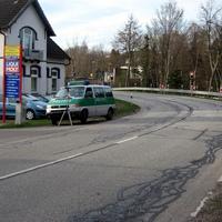 Übersicht Messtelle richtung Kiel. Gut zu erkennen die scharfe Kurve. An der Stelle ist seit etwa 350 Metern 30 Km/h. Gemessen wurde ab 21 Km/h zuviel. Vielen Dank an den freundlichen Polizisten für Fotos und Auskunft.
