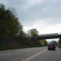 Blick aus der Gegenrichtung auf die Brücke: Dort stehen zwei Beamte samt Rieglstativ. Ein Einsatzfahrzeug wartete einige Meter entfernt, um die Schnellfahrer rechtzeitig rausziehen zu können.