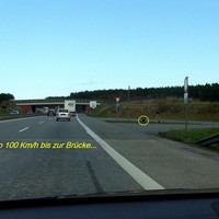"""Das PSS Lidargerät sowie der Zusatzblitz am Boden (gelb eingekreist ). Dies ist ein neuer """"Blitzerstandort in Rtg. Wismar. Der Pfeil zeigt auf den Standort des VW T5 , der nur von der Gegenseite zu erkennen war..."""