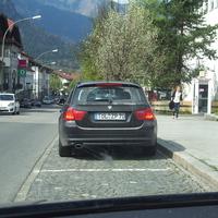 da fährt man nichts ahnend durch Garmisch und was sieht man da? Ein Zivilfahrzeug der VPI Weilheim mit Tölzer Wechselkennzeichen. Auffällig ist die Zusatzantenne hinter der Heckflossenantenne.
