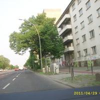 Stationäre Blitzer rechte Straßenseite, Fahrtrichtung Stadteinwärts.