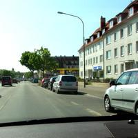"""An der Ausfahrt der Esso-Tanke steht in Rtg. stadtauswärts der """" Blitzer-Zafira"""" RZ-H 627..."""