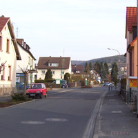 Anfahrt auf die Kurve zur Friedhofstraße. Das Leivtec-Stativ ist kaum sichtbar, der neue Caddy sollte aber eine Warnung sein!