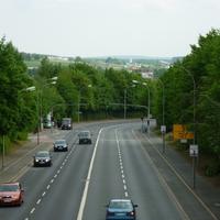Rückwärtige Übersicht: links liegt der Allensteiner Ring, wo der Ford-Bus der Bereitschaftspolizei aus Bamberg stand. In diesem Streckenabschnitt werden auch Laserkontrollen durchgeführt.