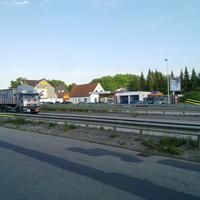 Der silberne Sharan war das Fahrzeug der Polizei! Der Sensor stand am Ende der Lärmschutzwand und die Fotoeinheit auf dem Mittelstreifen! Geblitzt wurden die Fahrzeuge auf dem Weg nach Kiel...