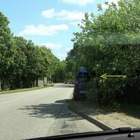 Heute sehr gut versteckt. Für uninformierte Verkehrsteilnehmer nicht früh genug zu erkennen. Für auswärtige überhaupt nicht... Da es nicht blitzt, auch nur für eingeweihte Fahrer zu erkennen...