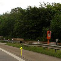 Das Vitronic PoliScanSpeed-Gerät am Ende der Leitplanke. Auffahrt der Anschluß-Stelle Nr.19 Rtg. Norden / Fehmarn...