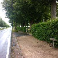 Auf dem Parkplatz vom Gemeindehaus steht ein silberner VW Sharan aus Kiel. Rechts auf dem Bild die Lichtschranke. Erst in diesem Moment sieht man auch die Fotoeinrichtung