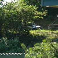 Messwagen unter der Brücke, silberner Caddy.