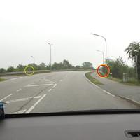 """Übersicht:orage eingekreist das """"Blitzgeschirr"""" stadteinwärts hinter der Leitplanke, Links am Bildrand das """"Blitzgeschirr"""" stadtauswärts von hinten sowie hinter der Leitplanke der ES 1.0 Sensor..."""