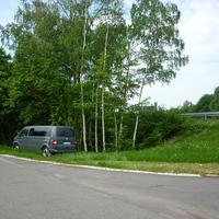 Der Einsatzwagen parkt an der Straße Richtung Kinderverkehrsschule.
