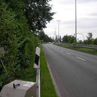 Die Blitzeinheiten sind hoch ausgefahren und durch die Zweige gut versteckt. Den schnellsten Autofahrer fotografierte die Kamera mit 88 km/h.