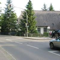 Überwachung Fahrbahn in Richtung Elmenhorst vor der Schule gegenüber der Kirche (30kmh). Der Van gehört dem Fototeam.