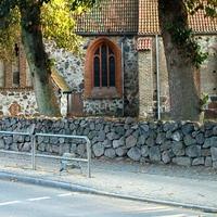 Geräte vor und auf der Friedhofsmauer in Fahrtrichtung Lütten-Klein