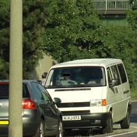 Fahrzeug 2 auf der diagonal gegenüberliegenden Seite bei dem Möbelhaus zeichnet von vorne auf