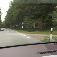 An der Ecke zum Schanzenbergweg gelb markiert die Kamera, sowie rot der Wabenfilterblitz...