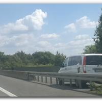 Tempo 100, Baunatal -> Kassel, hinter einen blauen Schild, Blitzer steht auf einen Fahrbahn die paral. zur A49 verläuft.