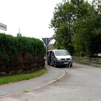 """Der VW-Blitzerbus mit dem vor'm Bug stehenden Sensor mißt in Fahrtrichtung Schenkenberg / Reinfeld zur """"Feierabendzeit"""" die Werktätigen auf dem """"Nachhauseweg""""..."""