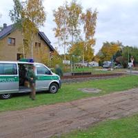 Der Anhalteposten parkte im weiteren Straßenverlauf am Bahnhaltepunkt Binsfeld und wurde per Funk über Ahndungen informiert.