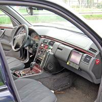 Im Innenraum ist hier der kleine Video-Monitor auf der Beifahrerseite zu erkennen, auf dem den angehaltenen Fahrzeugführern ihre Verstöße direkt vor Ort vorgeführt werden können.