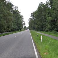 Anfahrt. Schnurgerade Strecke, die Überholmöglichkeiten im mogendlichen Berufsverkehr ermöglicht.