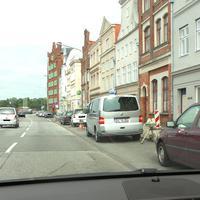 Sichtbar positioniert,sogar noch möglich, die zu schnelle Fahrt zu reduzieren...