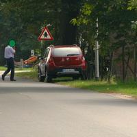 Blick auf den Blitzer, die Person in dem T-Shirt ist Hr. Pl., der Messbeamte von Lehrte. Er ist immer mit dem roten Dacia unterwegs!!!
