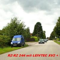 """Blick aus der Gegenrichtung. Von der """"Tatortseite"""" ist nur der halbe blaue Wagen hinter dem Gebüsch erkennbar. Auswärtige, Fremde sind seine Opfer, den Einheimische kennen den blauen """"Hundefängerwagen"""" bereits..."""