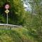 Die Messlinie befindet sich hinter dem 50 km/h Schild, so dass auch Motorradfahrer, die an der Einmündung die Bundesstraße befahren und stark beschleunigen, sich nicht rausreden können, kein Schild gesehen zu haben oder im scheinbar unlimitiereten Bereich gemessen worden zu sein.