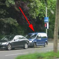 Richtung Mehringdamm aus einem blauen VW