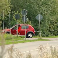 Der rote Dacia von der Brücke aus